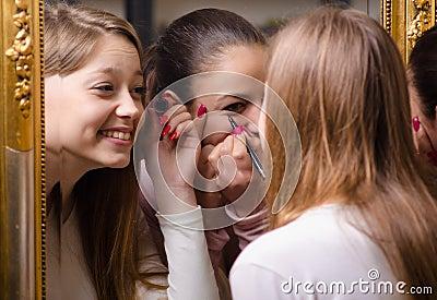 Bello mettere delle ragazze compone davanti allo specchio immagini stock immagine 30305674 - Ragazze nude allo specchio ...