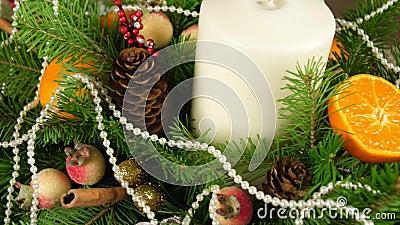 Belle composition lumineuse de Noël pour le centre de la table Le décor de Noël Mouvement de trame à partir de la droite banque de vidéos