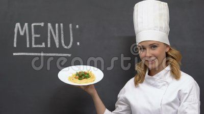 Belle cuisinière féminine démontrant de savoureux pâtes sur plaque, cuisine italienne, nourriture banque de vidéos