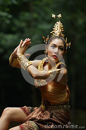 Belle dame thaïlandaise dans la robe traditionnelle thaïlandaise de drame