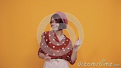 Belle drôle de femme pointant des doigts directement souriante regardant à gauche, drôle banque de vidéos