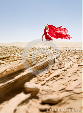 belle et sexy femme mince robe rouge dans le d sert photo stock image 51456200. Black Bedroom Furniture Sets. Home Design Ideas