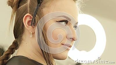 Belle femme avec la bride pour fixer de longs cheveux pendant haircutting dans le salon de coiffure Fermez-vous vers le haut des  clips vidéos