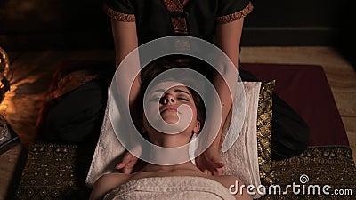 Belle femme ayant le massage thaïlandais de son cou et épaules dans la station thermale Tir au ralenti de massagist femelle mécon clips vidéos