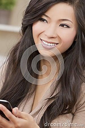belle femme chinoise asiatique l 39 aide du t l phone intelligent image libre de droits image. Black Bedroom Furniture Sets. Home Design Ideas