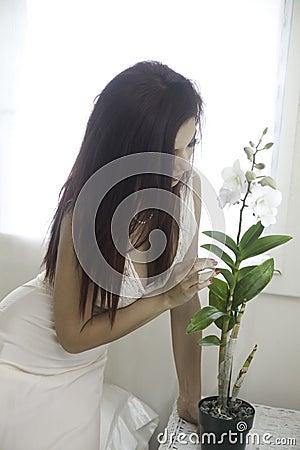 Belle femme dans sa chambre à coucher