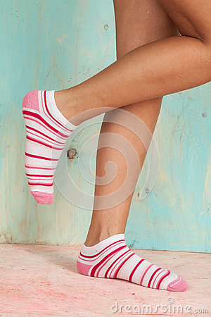 Belle femme de jambes avec des chaussettes se tenant sur la pointe des pieds sur le plancher en - Photo jambe femme ...