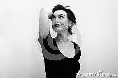 Belle femme en noir et blanc
