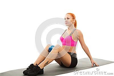 Belle femme sensuelle faisant la forme physique avec la bille