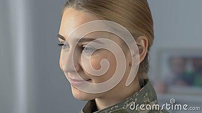 Belle femme soldat fière regardant in camera, profession d'armée, patriotisme clips vidéos