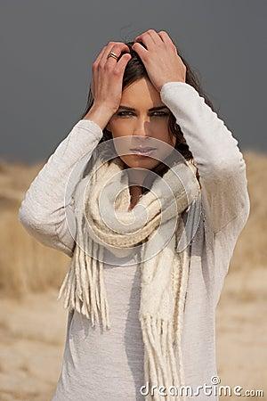 belle femme utilisant la chemise grise et l 39 charpe blanche dans les dunes photographie stock. Black Bedroom Furniture Sets. Home Design Ideas