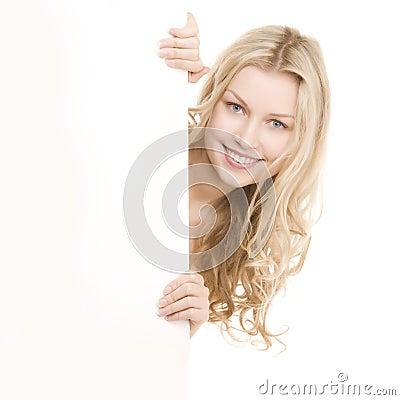 Belle fille avec le joli sourire