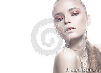 belle fille blonde avec la peau blanche les cheveux lisses et un maquillage brillant rose. Black Bedroom Furniture Sets. Home Design Ideas