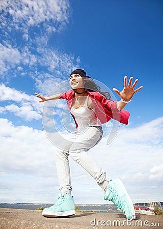 Belle fille de danse dans le mouvement