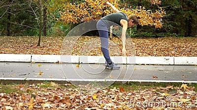 Belle fille faisant de l'exercice à l'automne Park sur fond de feuillage mixte banque de vidéos