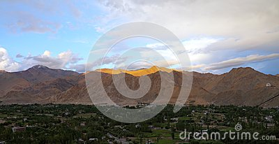 Belle montagne de l Himalaya au coucher du soleil, HDR