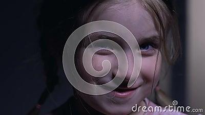 Belle petite fille riant brutalement après mauvais polisson, enfant désobéissant banque de vidéos