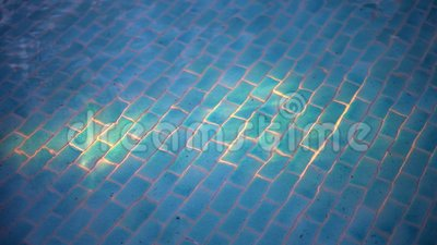 Belle piscine par nuit Allumage des garnitures sous l'eau clips vidéos