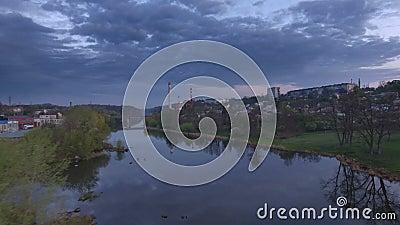 Belle vue aérienne des banlieues de Zhytomyr au-dessus de rivière Coucher du soleil banque de vidéos