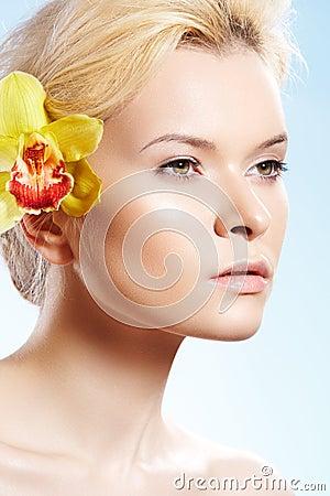 Belleza con la flor de la orquídea, salud, cuidado del balneario de piel