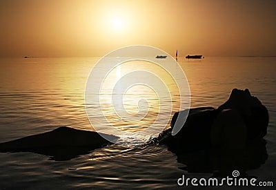 Belleza en el Mar Rojo en la salida del sol