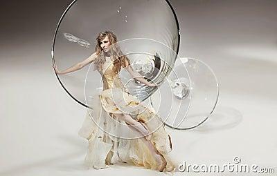 Belleza que se sienta en el vidrio de martini