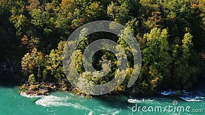 Bellissimo peso su un ripido pendio di montagna A valle c'è il fiume Niagara Natura degli Stati Uniti e del Canada 4K 10 bit archivi video