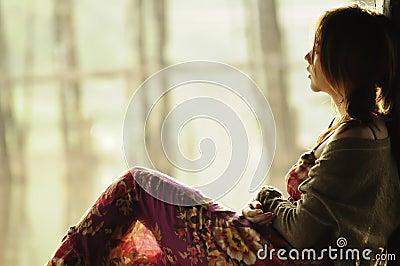 Bello adolescente asiatico del ritratto che osserva fuori