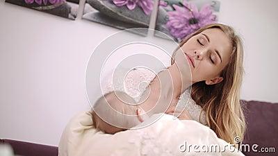 Bello bambino di allattamento al seno della mamma Figlia vaga di allattamento al seno della madre video d archivio