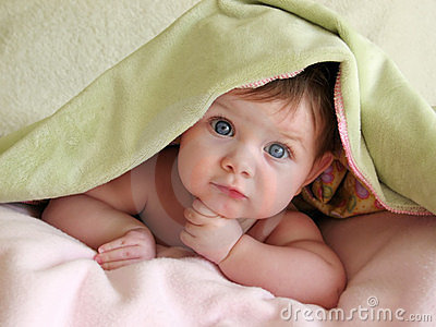 Bello bambino sotto la coperta