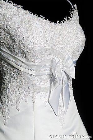 Bello vestito da cerimonie nuziali femminile su un mannequin