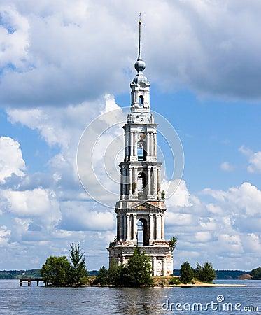 Belltower en el río Volga, Kalyazin, Rusia