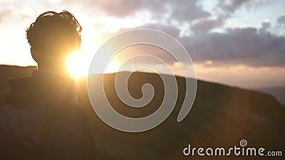 Bemannen Sie das Anstarren in den Sonnenuntergang