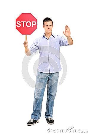 Bemannen Sie das Gestikulieren und das Anhalten eines Verkehrszeichenanschlags