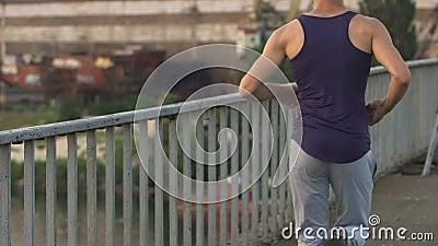 Bemannen Sie mit der Sportvereinigung, die entlang Bürgersteig läuft, gesunden Lebensstil, LangsammO beobachtend stock footage