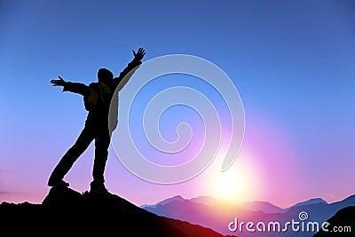 Bemannen Sie Stellung auf die Oberseite des Berges