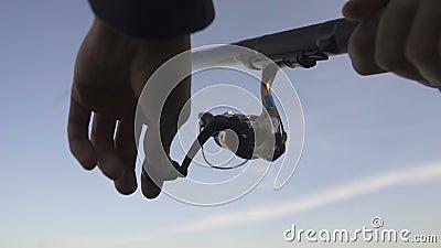 Bemannt die Hände, die oben Angelrolle, fangende Fische, Gang und Versorgungen, Abschluss spinnen stock video footage