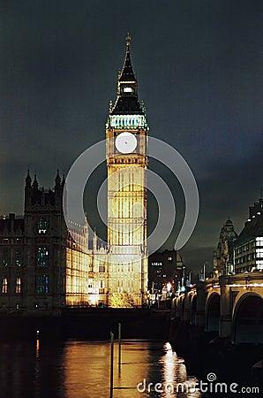 Ben grande y casas del parlamento en la noche Imagen de archivo editorial
