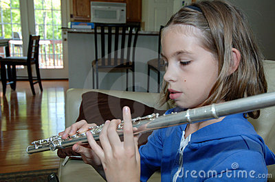 Übende Flöte des Mädchens zu Hause