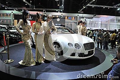 Bentley GT continental no indicador em uma mostra de motor Foto Editorial