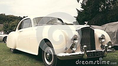 Bentley S2 kontinental durch Weinleseoldtimer 1959 Mulliner stock footage