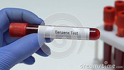 Benzol-Test, Doktor, der Blutprobe in der Rohrnahaufnahme, Früherkennungsuntersuchung hält stock video footage