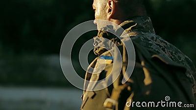 Bepaalde militaire mens die over zandige weg lopen stock footage