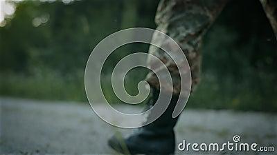 Bepaalde militaire mensengang op de zandige weg stock video