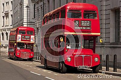 Berömda röda dubbeldäckareLondon bussar Redaktionell Arkivbild