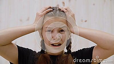 Berörda tonåringar som rör vid framkamera i ljusstudio Portrait besviken ung flicka med öppna ögon och stock video