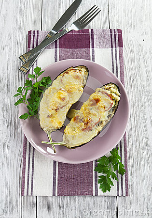 Berenjena cocida con las verduras y el queso