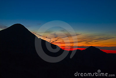 Berg över solnedgång