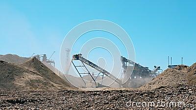 Bergbauausrüstung. Maschinen graben und zermahlen Steine stock video