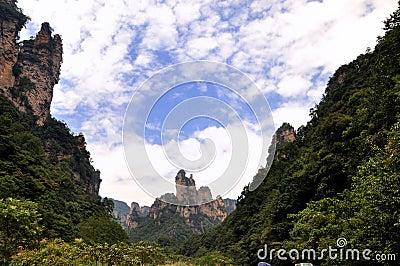 Bergen en canion onder hemel en wolk